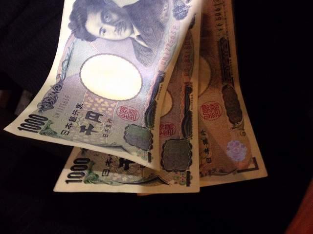 1万札1枚と千円札2枚.jpg