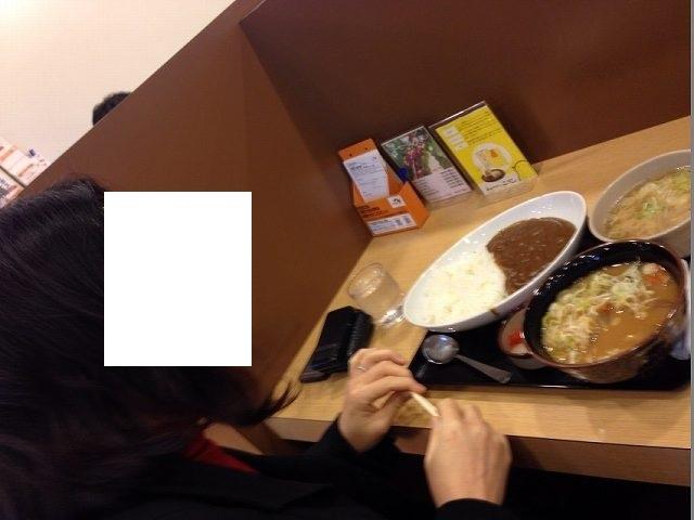 カレー豚汁もつ煮を喰うジャン妻.jpg