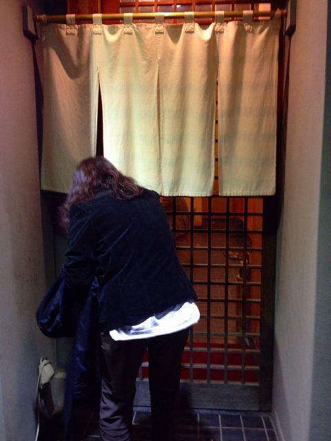 ジャン妻が暖簾を潜るところ.jpg