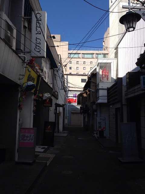 ホテル裏の細い路地2.jpg