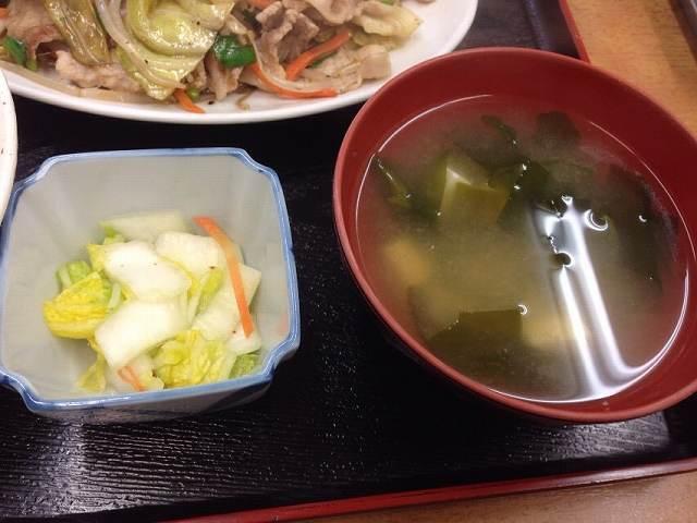 味噌汁と漬物.jpg