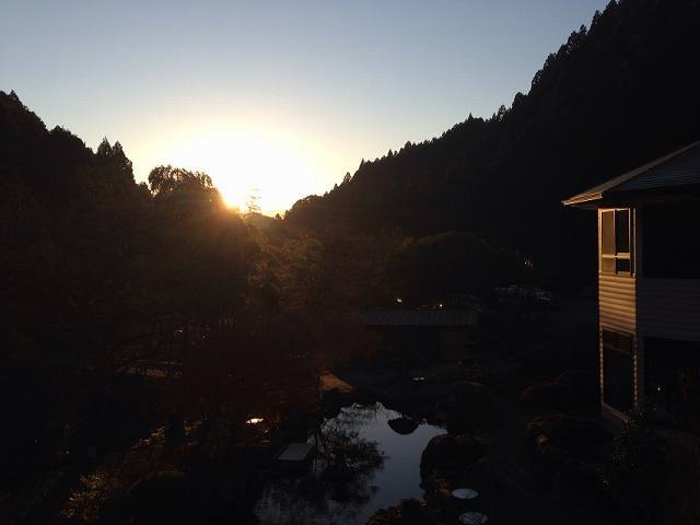朝日が顔を出す.jpg