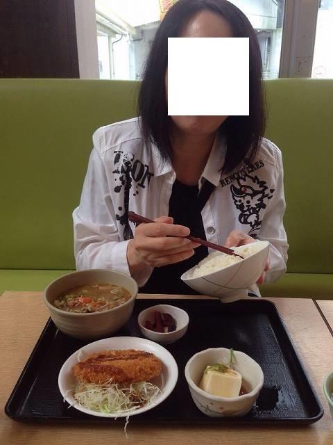 朝飯を喰らうジャン妻.jpg