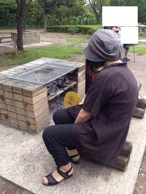 火を起こすジャン妻.jpg