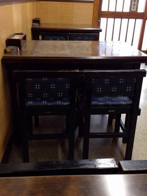 狭いテーブル席.jpg
