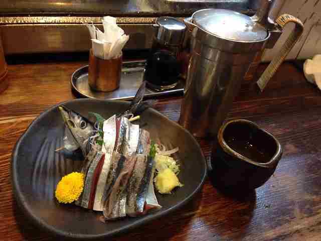 秋刀魚刺身と熱燗.jpg