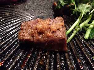 肉に生姜を載せて焼く.jpg