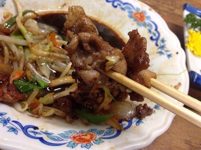 肉野菜炒め4~コゲコゲバラ肉を摘まむ.jpg