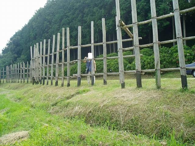 設楽原古戦場の馬防柵とジャン妻(このころは細かった).jpg