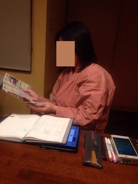 読書中のジャン妻.jpg