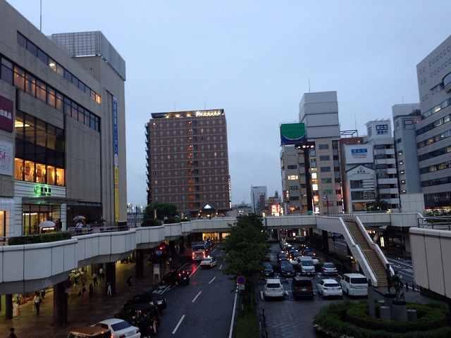 霧雨の駅前ロータリー.jpg
