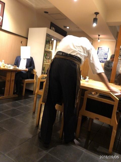 テーブルを磨くマスター.jpg