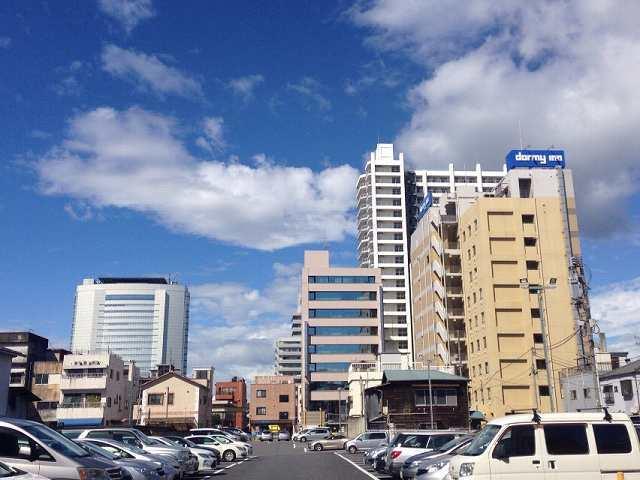 ドーミと市庁舎と青空.jpg