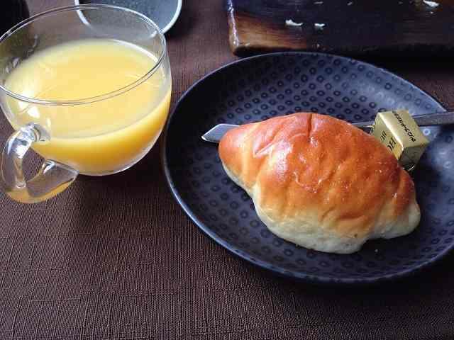 ロールパンとオレンジジュース.jpg