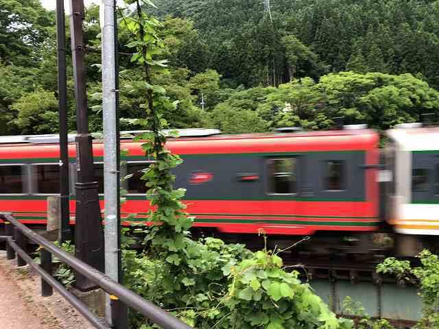 問題の鉄橋5ゆっくり渡る.jpg