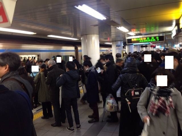 大混雑の上大岡駅ホーム.jpg