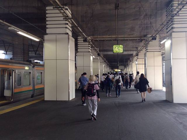 延々歩く小山駅1.jpg