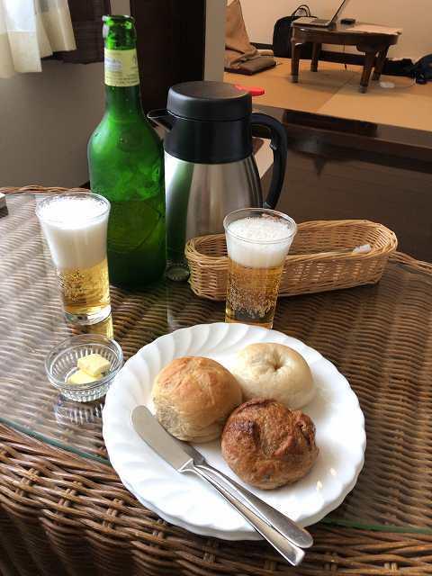 昼はパンの残りとハートランドビール1本.jpg