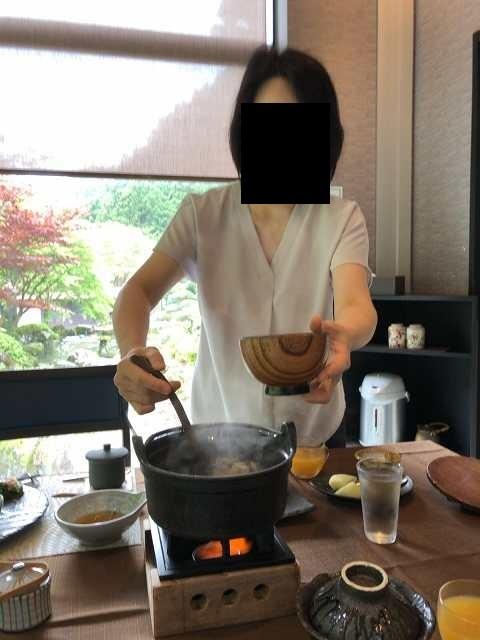 朝餉17味噌汁を鬼のような形相ですくうジャン妻1.jpg