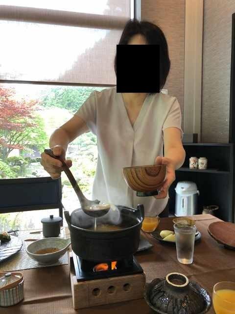 朝餉18味噌汁を鬼のような形相ですくうジャン妻2.jpg