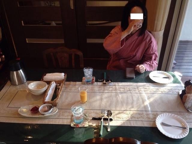 朝餉に下りたジャン妻2.jpg