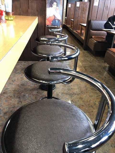 椅子と椅子の間が狭い.jpg