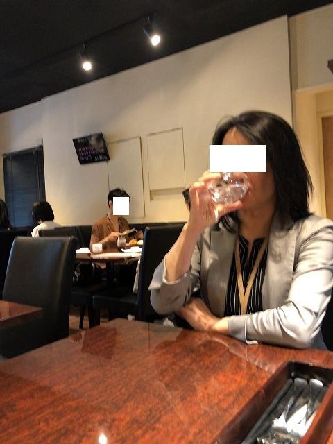 水を飲むジャン妻.jpg