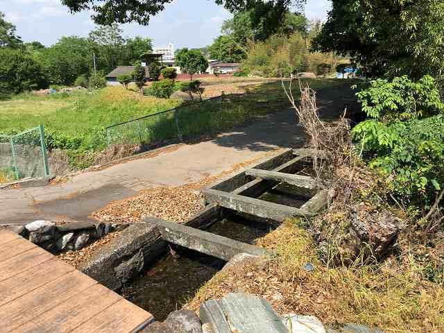 石樋2路と並んで川を渡っている1.jpg