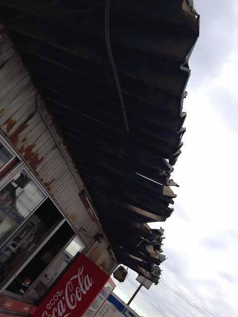 裂けた屋根1.jpg