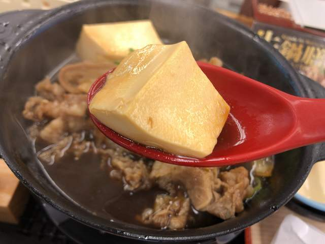 豆腐をすくう.jpg