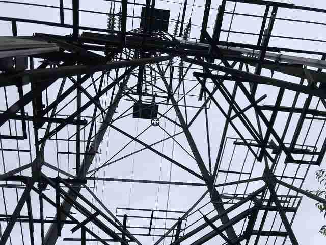 鉄塔を見上げる.jpg