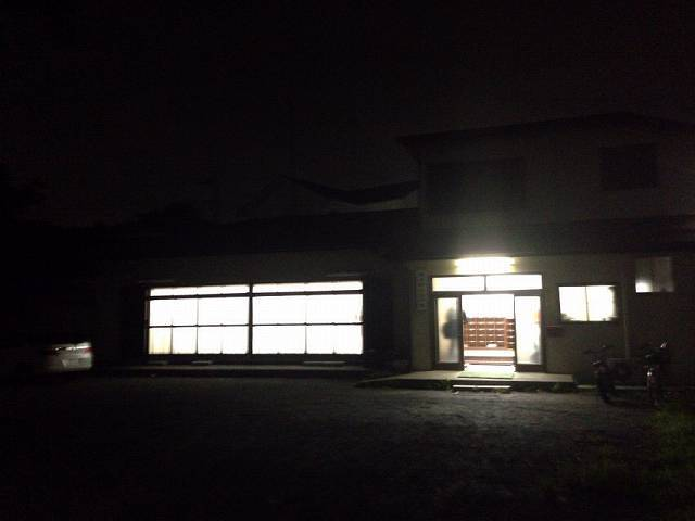 闇に光る会館2.jpg