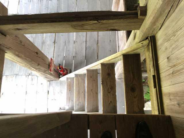 階段を下りる2.jpg