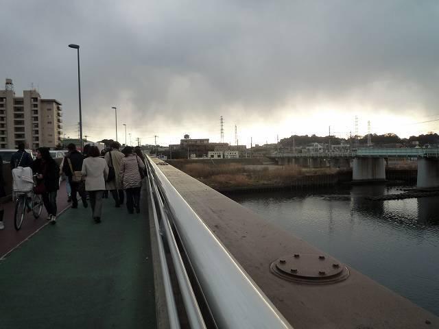 鶴見川を渡る2.jpg
